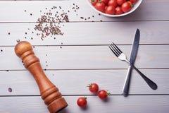 Czarnego pieprzu kukurudze i Czarnego pieprzu proszek na drewnianym tle fotografia stock