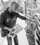 Czarnego pochodzenie etniczne mężczyzna kupienia reportażu przekazania gazetowa ceremonia Zdjęcie Stock