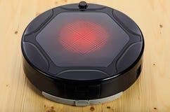 Czarnego robota próżniowy cleaner (odizolowywający na 3 wierzchołku kwartalnym) Zdjęcia Royalty Free