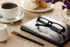 Czarnego rzemiennego notepad widowisk czarnooprawny pióro Zdjęcie Stock