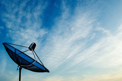 Czarnej anteny komunikacyjna antena satelitarna na niebieskiego nieba backgroun Zdjęcia Stock