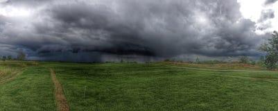 czarnej chmury deszczu trawy zieleń Zdjęcie Royalty Free