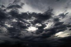 Czarnej chmury ulewa w szerokim niebie obraz royalty free