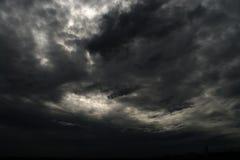 Czarnej chmury ulewa w szerokim niebie obrazy stock