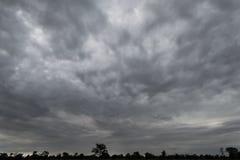 Czarnej chmury ulewa w szerokim niebie obrazy royalty free