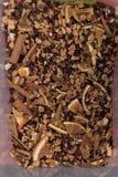 Czarnej herbaty luźni wysuszeni herbaciani liście z cynamonem, wysuszone pomarańcze Zdjęcia Royalty Free