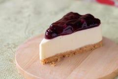 Czarnej jagody cheesecake na drewno talerzu Zdjęcia Royalty Free