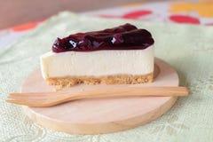 Czarnej jagody cheesecake na drewno talerzu Zdjęcie Stock