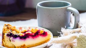 Czarnej jagody cheesecake na talerzu i filiżanka kawy obrazy stock