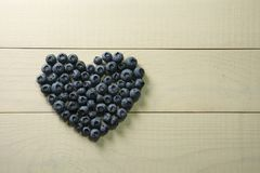 Czarnej jagody lata jagoda na drewnianym stole Witamina C, E, P, PP, b karotenu flavonoids ascorbic kwas Organicznie świeży Zdjęcia Stock