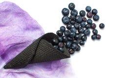 Czarnej jagody owocowy spadać z lody rożka Fotografia Royalty Free