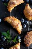 Czarnej jagody ręki kulebiaki na czarnym drewnianym stole Obraz Royalty Free