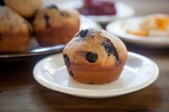 Czarnej jagody słodka bułeczka na bielu talerzu Obraz Stock