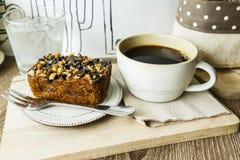 Czarnej kawy i punktu tort fotografia stock