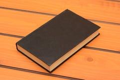 Czarnej książki mockup na drewnianym stole, nauka temat fotografia royalty free