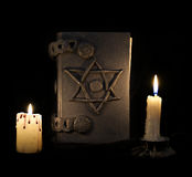 Czarnej magii książka z pentagramem w ciemności Fotografia Stock