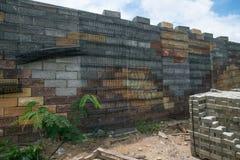 Czarnej plastikowej siatki Wspornikowe ściany, betonowi sześciany Fotografia Royalty Free