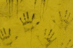 Czarnej ręki druki na stronie ściana Fotografia Stock