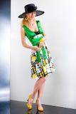 czarnej sukni zieloną czapkę młode kobiety Obrazy Stock