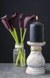 Czarnej świeczki i czarnej kalii kwiatów Zantedeschia Obrazy Royalty Free