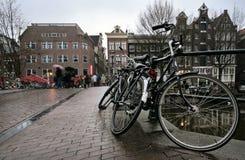Czarni bicykle mokrzy od deszczu parkującego na moscie obrazy royalty free