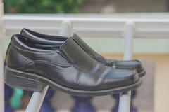 Czarni biznesów buty stawiają dalej odzieżową linię Fotografia Royalty Free