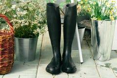 Czarni gumowi buty ogrodniczka Fotografia Royalty Free