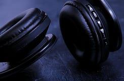 Czarni hełmofony na czerni desce obraz royalty free