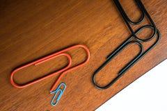 Czarni i czerwoni gigantyczni paperclips Fotografia Stock