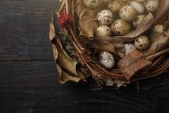 Czarni jajka w gniazdeczku suche gałąź na czarnej desce Wielkanoc styl zdjęcia stock