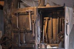 Czarni kowali narzędzia spotlighted dla używać w demostration Zdjęcie Stock