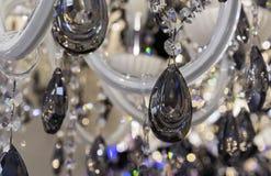 Czarni krystaliczni breloczki na klasycznym świeczniku zdjęcie stock