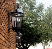 Czarni lampiony na ściana z cegieł w miasto ulicie Obraz Stock