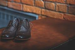 Czarni learher buty na stole Zdjęcia Stock