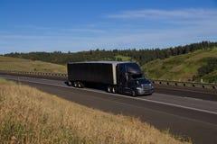 Czarni Międzynarodowi ciężarówka, czerni przyczepa/ Zdjęcia Stock