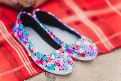 Czarni mieszkanie buty robić od tkaniny zakrywającej z barwionymi guzikami Zdjęcie Royalty Free