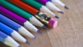 Czarni ołowiani ołówki kłamają z rzędu, jeden ołówek gumkę na końcówce, mała głębia ciętość zdjęcia royalty free