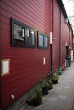 Czarni okno na czerwieni ścianie Obraz Royalty Free