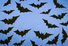 Czarni papierów nietoperze na błękitnym tle fotografia stock