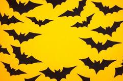 Czarni papierów nietoperze na pomarańczowym tle ilustracji