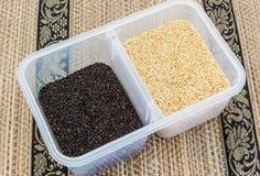 Czarni sezamowi ziarna i Biali sezamowi ziarna. Zdjęcie Royalty Free