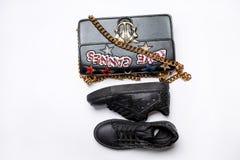 Czarni sneakers ozdabiający z gwiazdą czerń błyskają i czarna torba z złoto łańcuchem ozdabiającym z błyszczącymi gwiazdami, ceki zdjęcie royalty free