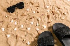 Czarni sunglass i, seashell na piasku z miejscem dla twój teksta Odgórny widok Fotografia Stock