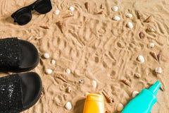 Czarni sunglass i, seashell na piasku z miejscem dla twój teksta Odgórny widok Zdjęcia Stock
