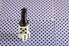 Czarni szachowi królewiątko stojaki na górze kostka do gry Obraz Stock