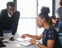 Czarni ucznie studing w szkole wyższa Fotografia Royalty Free