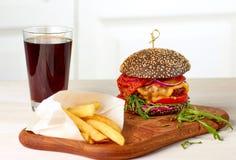 Czarni układy scaleni z szkłem kola i cheeseburger Fotografia Stock