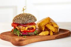 Czarni układy scaleni i cheeseburger Zdjęcie Stock