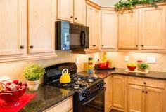 Czarni urządzenia w Dekorującej kuchni Obrazy Royalty Free