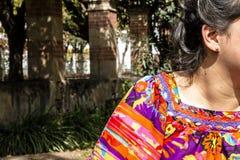 Czarni włosy kobieta z pełnego koloru bluzką zdjęcie royalty free